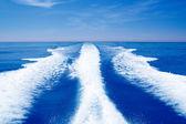 Barco wake prop lavagem no mar oceano azul — Foto Stock
