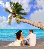 Para zakochanych siedzi w niebieski plaża — Zdjęcie stockowe