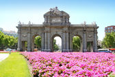 Madrid Puerta de Alcala with flower gardens — Stock Photo