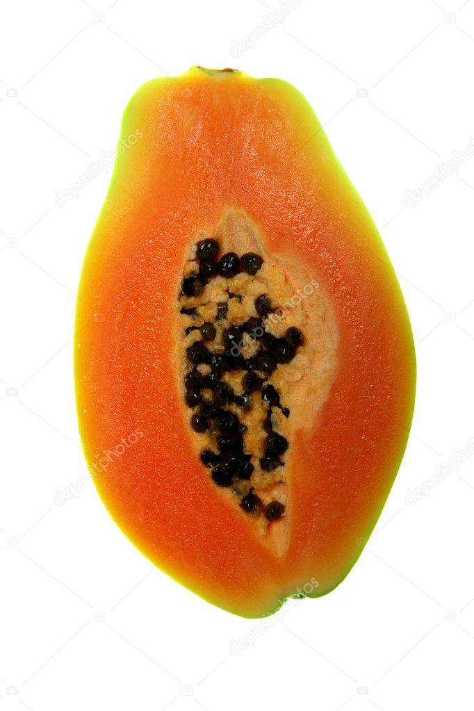 一片成熟的木瓜在白色背景上