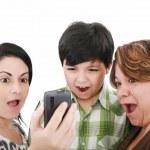 Genç şok ve sürpriz cep telefonu izlemek — Stok fotoğraf