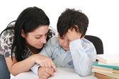 Mamma hjälper till med läxor till hennes son inomhus — Stockfoto