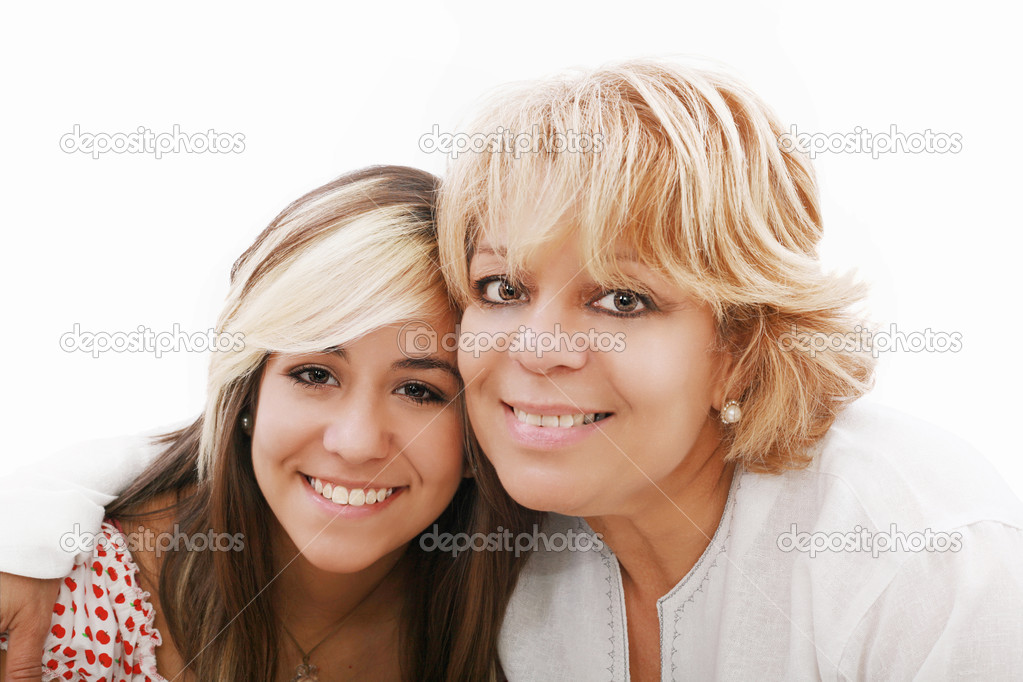 Мать и привлекательных молодых дочь счастливо улыбается, глядя на - Стоковое фото dacasdo #7545523