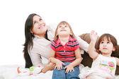 Happy kavkazské matka a dva dcera hraje a vyhledávání — Stock fotografie