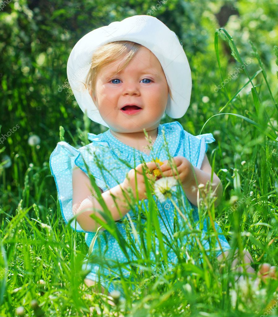 Clouse-up portrait pretty little girl sitting in the grass in the park — Stock Photo #7433697
