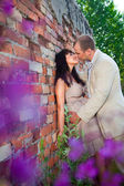 Romantic kiss near old brick wall — Fotografia Stock