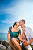 Kuss der liebespaar in der nähe des blauen meeres — Stockfoto