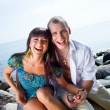 Foto Stock: Laughing couple near of blue sea
