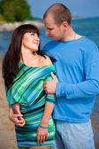 Casal apaixonado, abraçando-se na costa do mar azul — Fotografia Stock