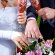Hands of bride and groom with bouquet and glasses of champagne — Stok fotoğraf