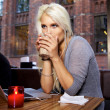 Foto Stock: Casual young woman on cafe