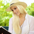 Smiling female reading — Stockfoto