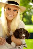 微笑女性举行她的小狗. — 图库照片