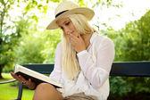 Pensativa mulher lendo um livro — Fotografia Stock
