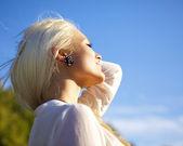Donna con gli occhi chiusi rilassante nel sole — Foto Stock
