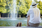 噴水で坐り、待っている女性 — ストック写真