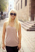 Casual City Girl In Sunglasses — Stock Photo