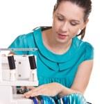 chica con un vestido azul de la máquina de coser para zurcir — Foto de Stock