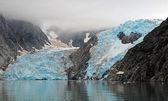 Blauw ijs door de oceaan — Stockfoto