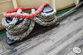 Paquete de la cuerda en el bolardo de amarre — Foto de Stock