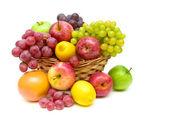 Stilleven voor fruit in een rieten mand op een witte achtergrond — Stockfoto