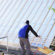 Roofer working on a new roof in wood — Foto de Stock