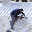 Roofer working on a new roof in wood - Stockfoto