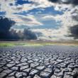lac asséché et ciel dramatique — Photo