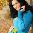 Beautiful pregnant woman in blue jacket relaxing in the autumn p — Stock fotografie