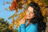 Portret vrouw met schoonheid make-up in de herfst bladeren buitenshuis — Stockfoto