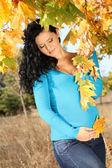 Ziemlich schwangere frau im herbst blätter im freien, im freien — Stockfoto