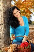Linda mulher grávida com géneros alimentícios, outono ao ar livre — Foto Stock