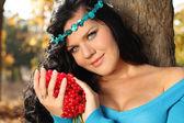 赤い矢の木と青の美しい女性のクローズ アップの肖像画 — ストック写真