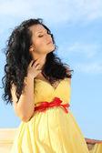 Portret pięknej kobiety w ciąży nad niebo — Zdjęcie stockowe
