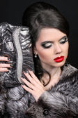 Мода красивая женщина с макияжем, красные губы — Стоковое фото
