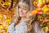Zblízka ženy středního věku nad podzim, venku — Stock fotografie