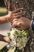Bruiloft boeket en handen met ringen — Stockfoto