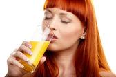 オレンジ ジュースを飲む — ストック写真
