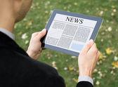 Czytanie wiadomości na komputerze typu tablet — Zdjęcie stockowe