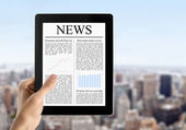Mano tiene il tablet pc con notizie — Foto Stock