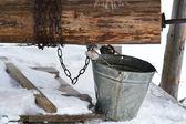 Velho poço com um balde — Foto Stock