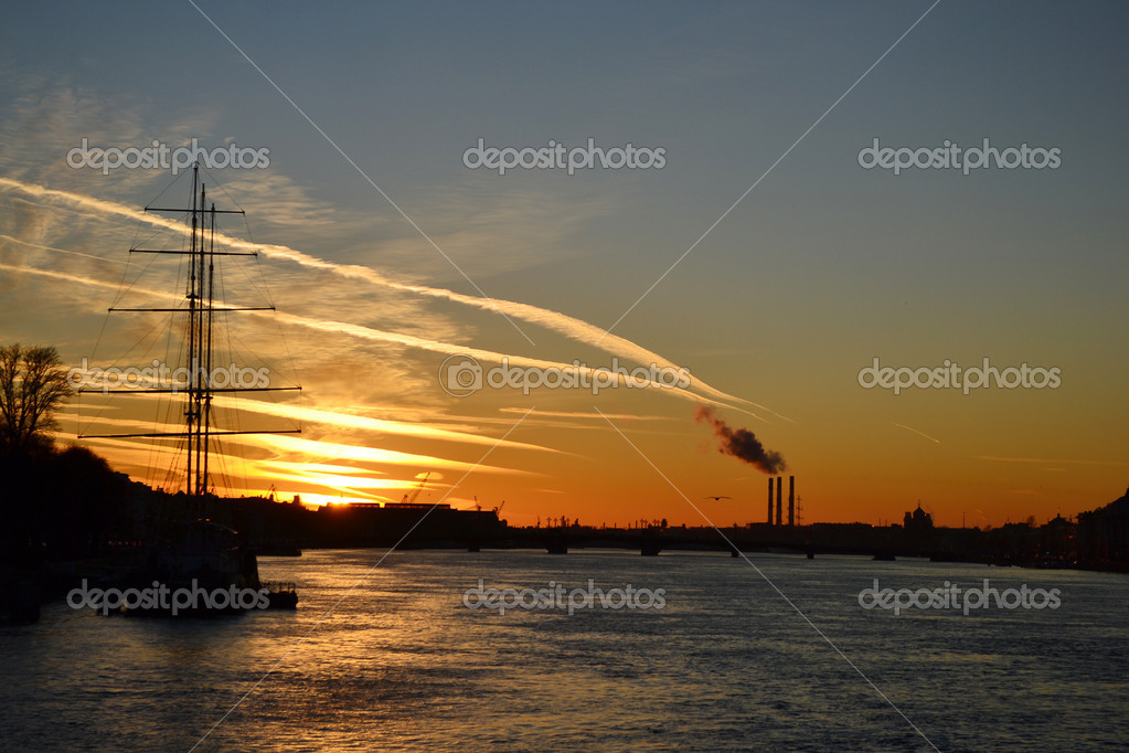 View of Neva river at sunset in St.Petersburg, Russia — Foto Stock #7627540