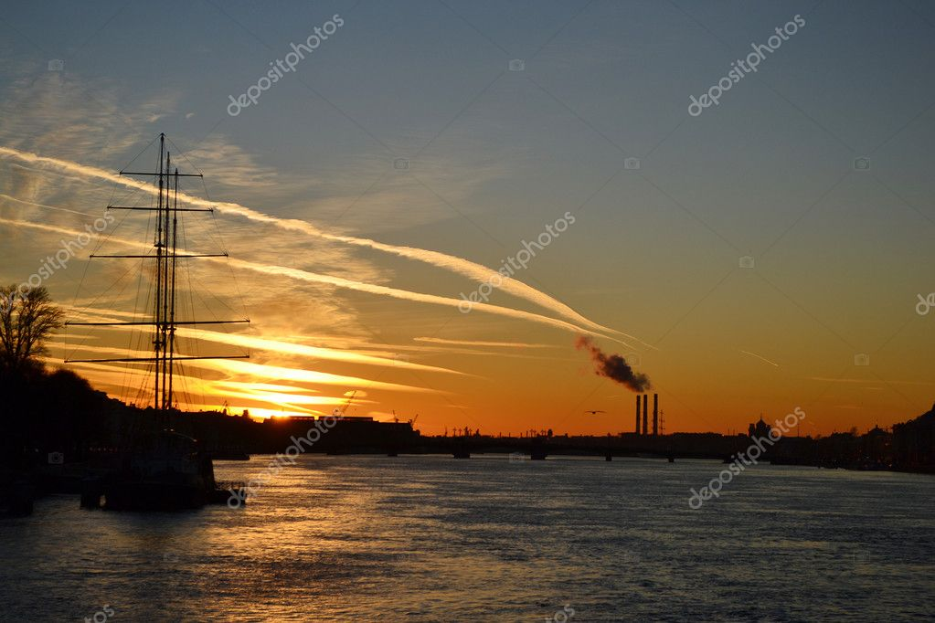 View of Neva river at sunset in St.Petersburg, Russia — Foto de Stock   #7627540