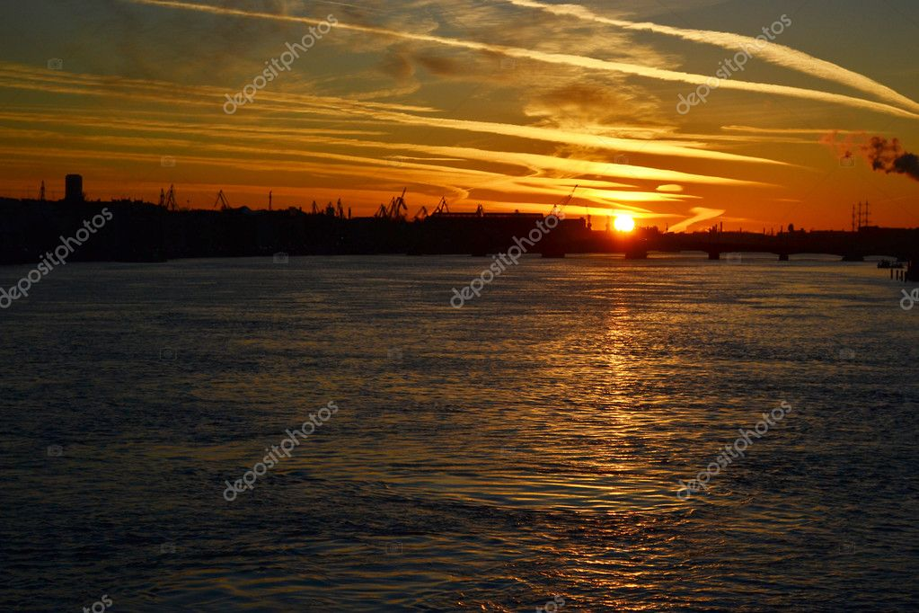 View of Neva river at sunset in St.Petersburg, Russia — Lizenzfreies Foto #7627558