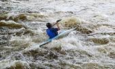 Nehir vuoksi üzerinde kanocu — Stok fotoğraf