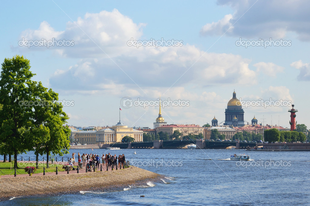 St.Petersburg, Russia - August 2, 2011 - view of the St.Petersburg. St. Isaac's Cathedral and the Palace Bridge — Stock Photo #7904775