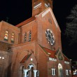 Red Catholic church in the center of Minsk at night - Stockfoto