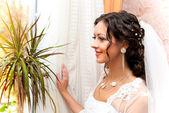 ウィンドウでの花嫁 — ストック写真