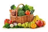 σύνθεση με λαχανικά και φρούτα σε ψάθινο καλάθι απομονωθεί — Φωτογραφία Αρχείου