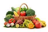 Composizione con frutta e verdura in cesto di vimini isolato — Foto Stock